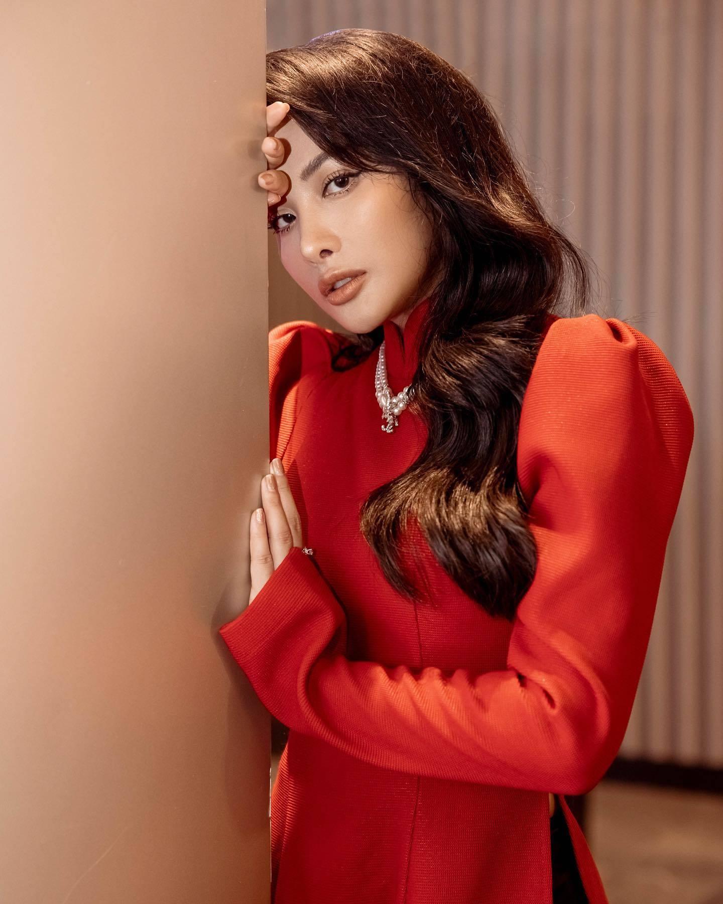 Yaya Trương Nhi diện áo dài đỏ nền nã đẹp dịu dàng