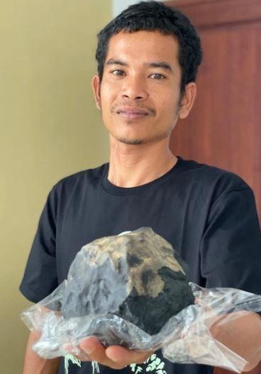 Người đàn ông đóng quan tài thành tỷ phú vì thiên thạch rơi trúng nhà