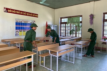 Đồn Biên phòng Hướng Lập trao 140 triệu cho 2 trường học bị thiệt hại do mưa lũ