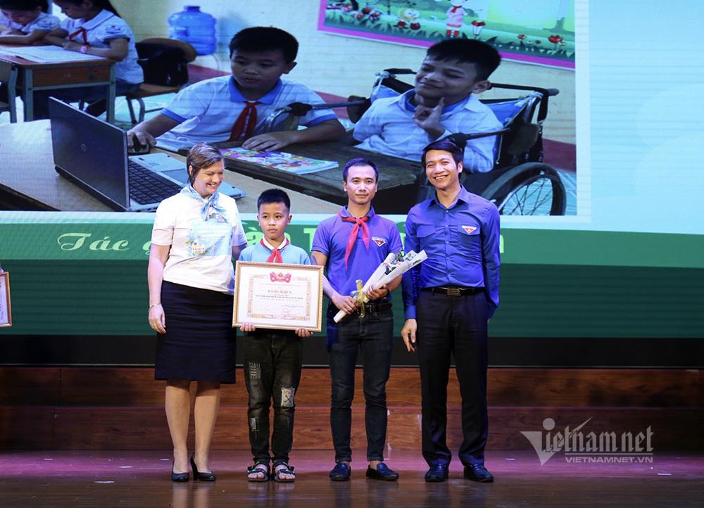 'Đôi bạn cùng tiến' đạt giải nhất cuộc thi ảnh 'Việc tốt vì trẻ em'
