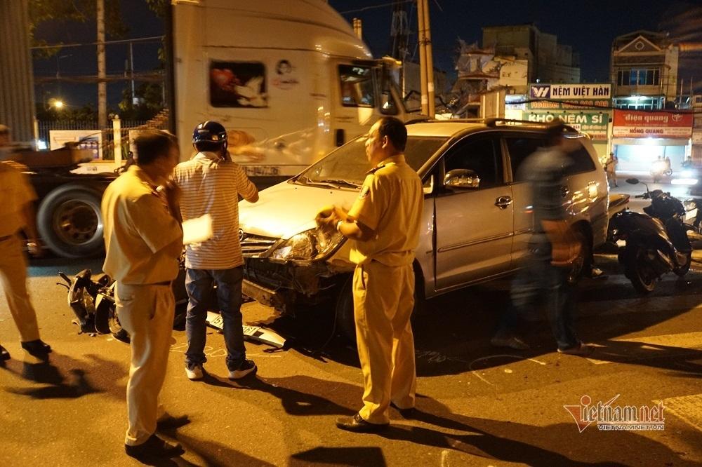 Ô tô tông 10 xe máy dừng đèn đỏ, nhiều người bị thương