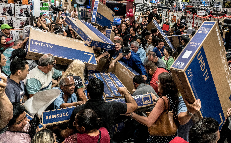 Cấm xếp hàng, chen nhau mua đồ: Một mùa Black Friday khác biệt