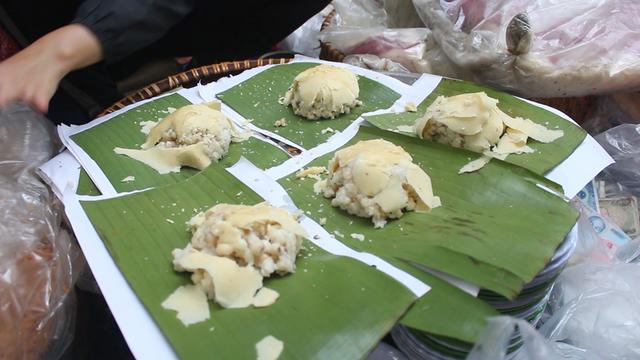 Kỹ nghệ gói xôi nhanh như 'chớp' giúp bà chủ Hà Nội bán cả tạ gạo mỗi ngày