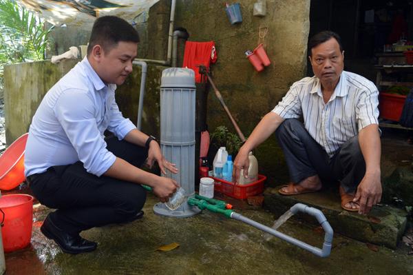 Tân Á Đại Thành tặng máy lọc nước cho người dân vùng lũ