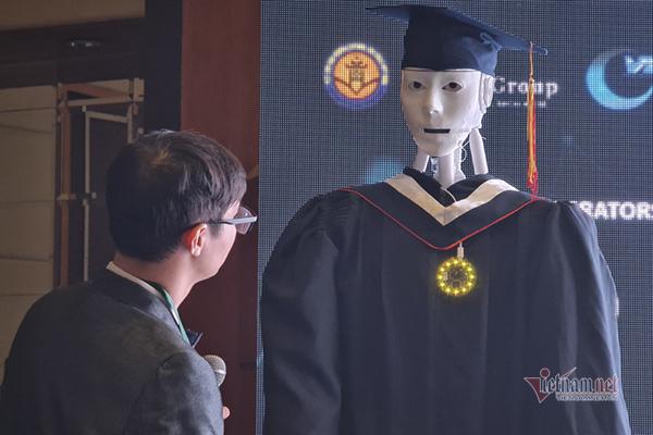 Robot Make in Vietnam biết lẩy Kiều, đọc thơ, giải toán