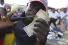 Nghề vá tiền rách làm ăn phát đạt ở Zimbabwe