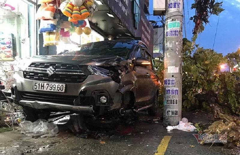 Ô tô 7 chỗ 'quét' loạt xe máy ở Sài Gòn, 2 người bị thương