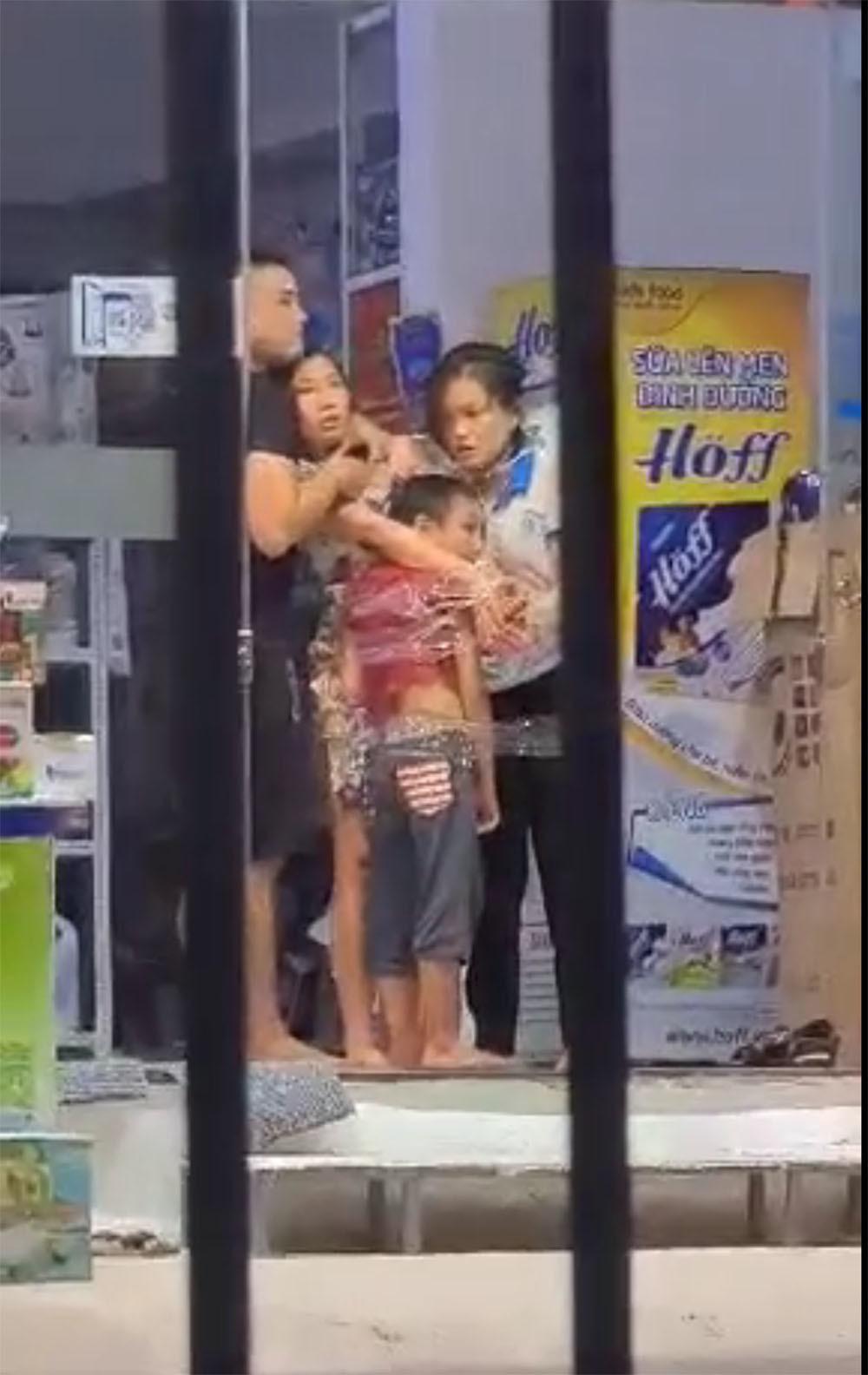 Ba con tin bị nam thanh niên cầm dao khống chế ở Sài Gòn