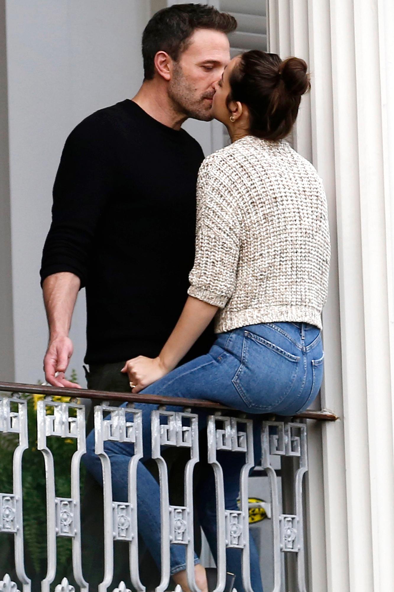 Ben Affleck hôn bạn gái sexy kém 16 tuổi trên phim trường