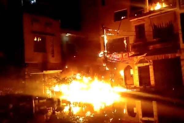 Người đàn ông ở Hà Nội ném 'bom xăng' nhà hàng xóm rồi vào phòng ngủ cố thủ