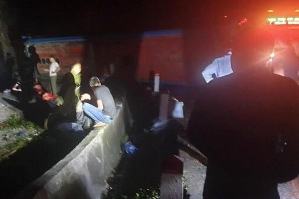 Lật xe khách giường nằm làm 2 người chết, nhiều người bị thương ở Hòa Bình
