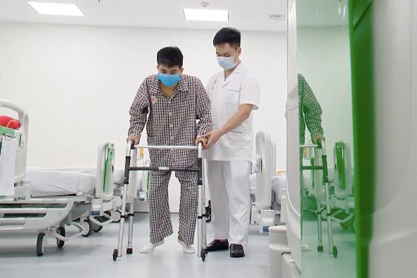 Chàng trai 'người cua' ở Lạng Sơn đứng thẳng và tập đi sau 15 năm