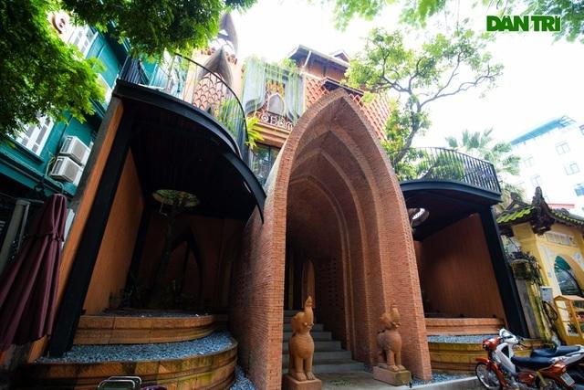 Độc nhất Hà Nội: Ngôi nhà cúc họa mi bung nở trắng xóa