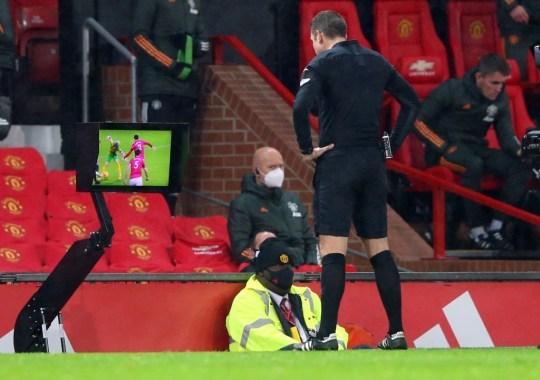 Trọng tài 'bẻ còi' giúp MU thoát 11m, bị Liverpool 'xử' trước đó