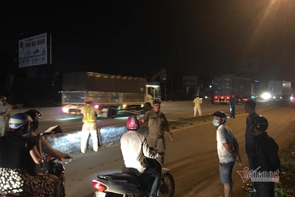 Xe máy va chạm xe container, chồng chết, vợ con bị thương nặng