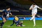 Chơi thiếu người, Arsenal may mắn cầm chân Leeds