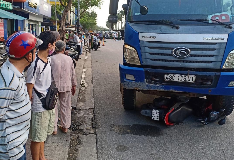 Dừng đèn đỏ ở Đà Nẵng, cô gái bị xe tải cán chết khi đang đi làm