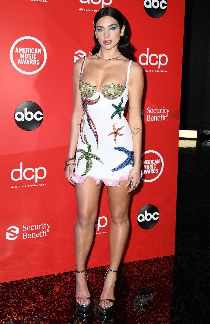 Paris Hilton và nhiều sao mặc váy xẻ táo bạo tại thảm đỏ AMA 2020