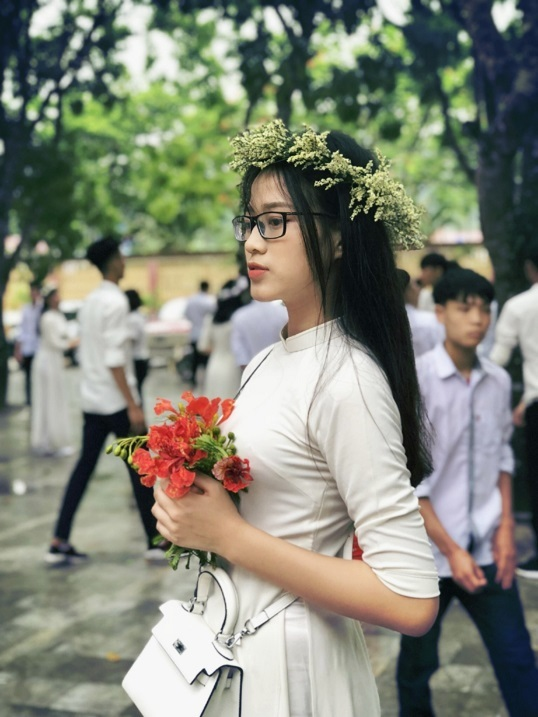 Nhan sắc trong trẻo trên giảng đường của Hoa hậu Đỗ Thị Hà