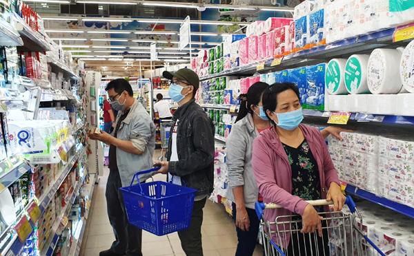 Co.opmart đông kín khách mua hàng ưu đãi ngày đầu tuần