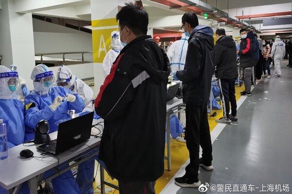 Sân bay Trung Quốc náo loạn do nhiều nhân viên nhiễm Covid-19