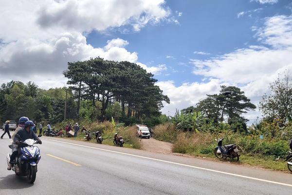 Người đàn ông bị xe máy đè tử vong bên quốc lộ