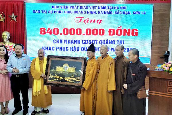 Thượng toạ Thích Thanh Quyết trao 2 tỷ đồng ủng hộ đồng bào miền Trung
