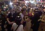 Bị CSGT lập biên bản, gọi người nhà ra 'giải cứu', gây náo loạn đường phố Sài Gòn