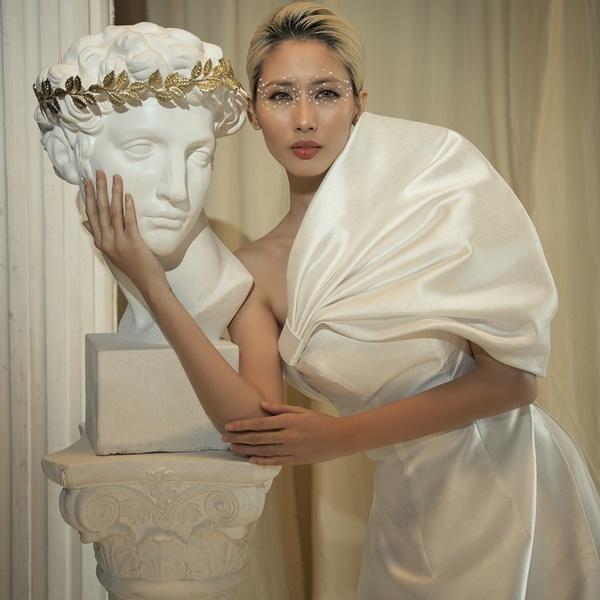 Người mẫu Hằng Nguyễn với bộ sưu tập áo dài đậm chất phương Đông