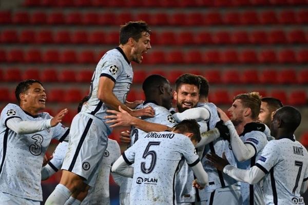 Giroud ghi bàn phút chót, Chelsea xuất sắc đoạt vé sớm