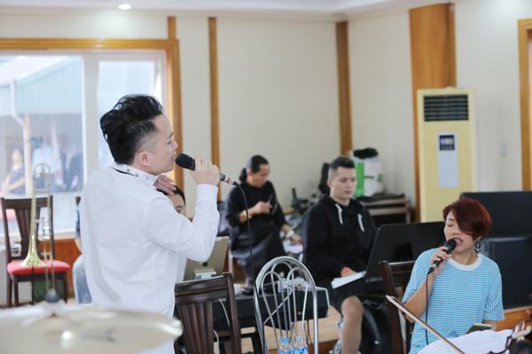 Tùng Dương trêu đùa Hà Trần, Bùi Lan Hương hậu trường tập concert