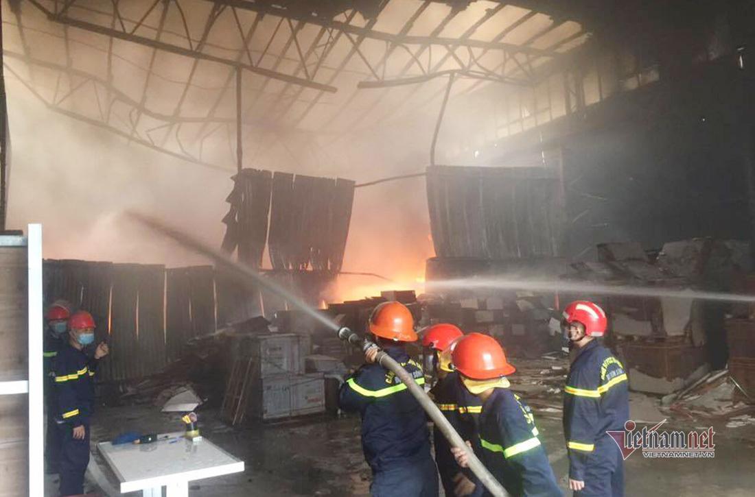 Khói lửa cuồn cuộn bốc lên từ kho sơn PU ở Nghệ An