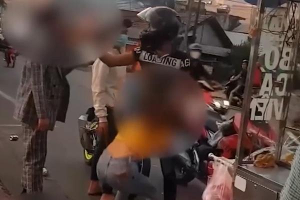 Hành động gây bất bình, thanh niên bị 2 người đàn ông 'xử nóng'