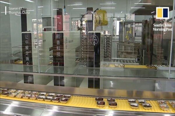 Xem người máy phục vụ bếp ăn trường học thời Covid-19