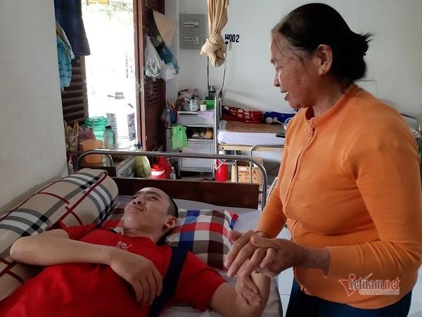 Mẹ già kiệt quệ xin cứu con trai thoát cảnh mù lòa