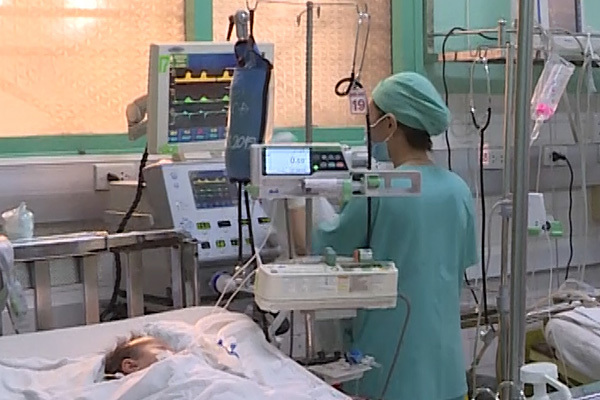 Bé 3 tuổi chấn thương sọ não do ngã cầu thang và bị đánh đang rất nguy kịch - xổ số ngày 03122019