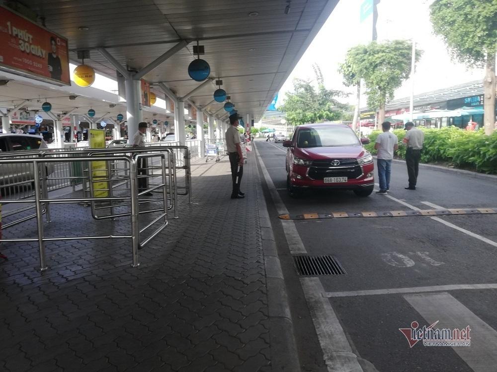 Đề nghị sân bay Tân Sơn Nhất bố trí thêm làn cho taxi đón khách
