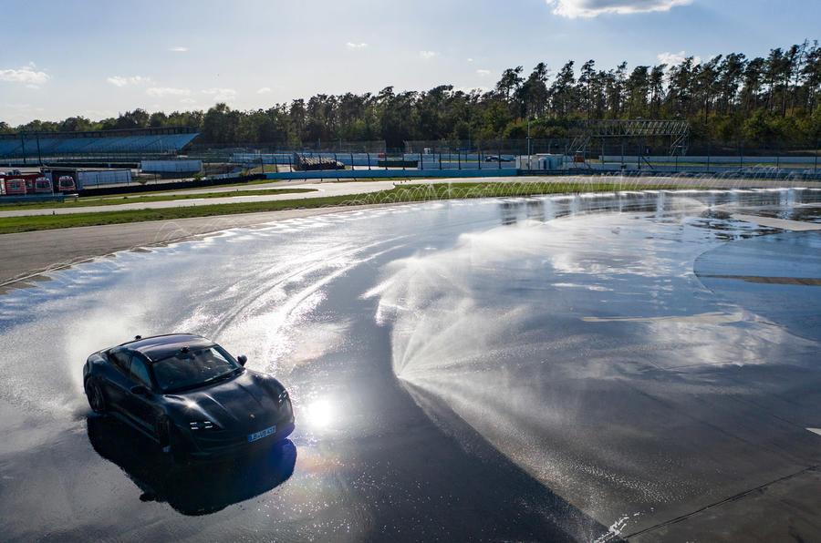 Liên tục drift hơn 42 km, Porsche Taycan thiết lập kỷ lục thế giới cho xe điện