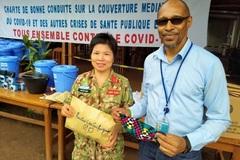 Nữ trung tá Việt Nam may hơn 500 khẩu trang tặng người dân Trung Phi