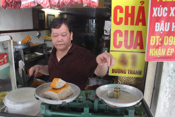 'Báu vật' giúp hàng giò chả nức tiếng phố cổ Hà Nội đông khách suốt 40 năm
