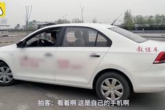 Học viên lái xe hết hồn khi thấy ngón tay thò lên từ dưới đường