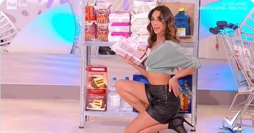 Video dạy phụ nữ sexy khi mua sắm gây tranh cãi lớn
