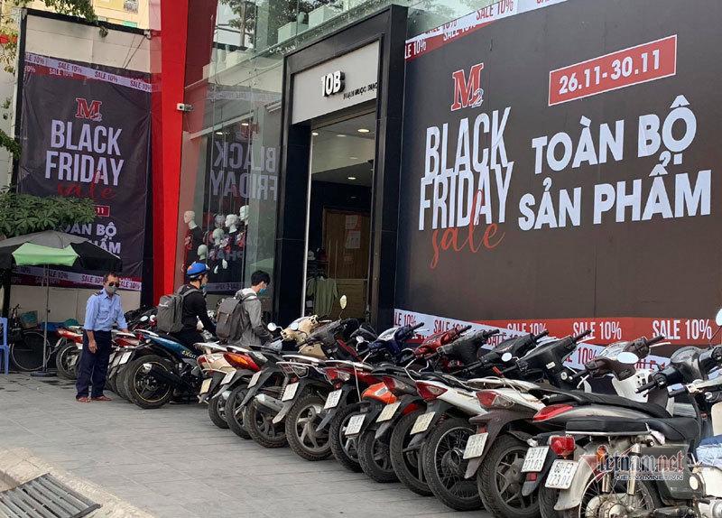 Hà Nội: Hàng trăm người xếp hàng, tranh mua 3 suất giảm giá 70%