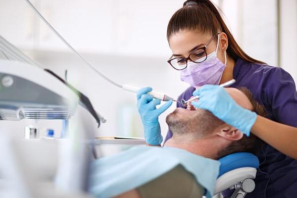 Dấu hiệu trên răng khiến bệnh nhân Covid-19 lo lắng