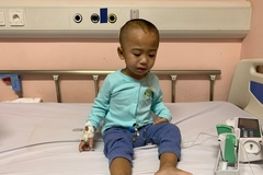 Mẹ mất lúc 1 tháng tuổi, bé trai vật vã với những cơn động kinh