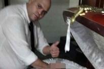 Nhân viên tang lễ gây phẫn nộ vì chụp ảnh đặt tay lên thi hài Maradona