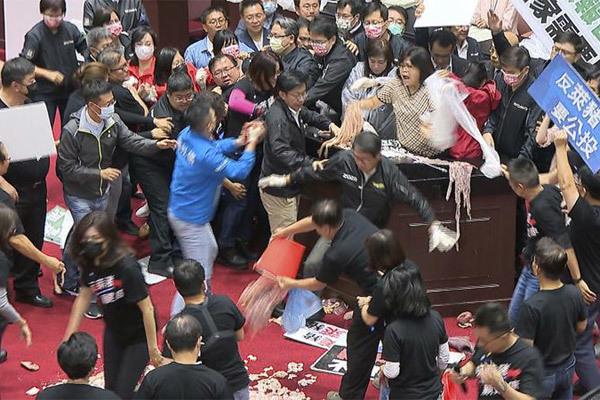 Tranh cãi về thịt lợn Mỹ, các nghị sĩ Đài Loan hỗn chiến giữa cuộc họp