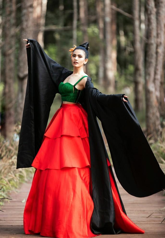 Hoàng Thùy, Thúy Ngân diễn vedette trong show thời trang thổ cẩm