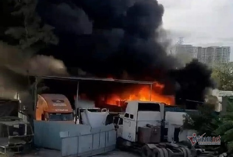 Cháy lớn gần cao tốc ở Sài Gòn, nhiều xe bị cháy rụi
