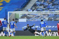 Liverpool đánh rơi chiến thắng phút chót vì VAR